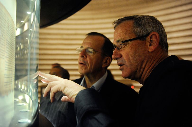 Flickr_-_Israel_Defense_Forces_-_Photo_of_the_Day,_Admiral_Mike_Mullen_and_Lt._Gen._Benny_Gantz_Visit_Shrine_of_the_Book