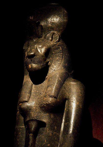Saosyant y Tonantzin; Jesús y la Virgen - Página 6 421px-statue_of_sekhmet_in_the_turin_museum_italy