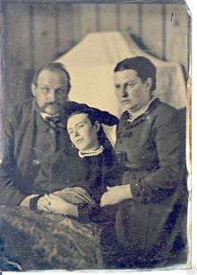 431px-Victorian_era_post-mortem_family_portrait_of_parents_with_their_deceased_daughter