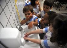 Niños lavándose