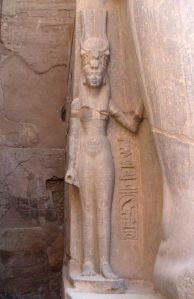 Representación de Nefertari en el lado de Ramsés II. En el templo de Luxor