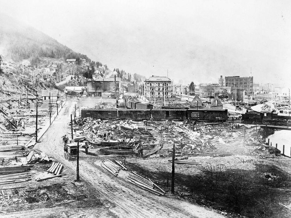 Panorámica de la ciudad y los edificios destruidos por el fuego.