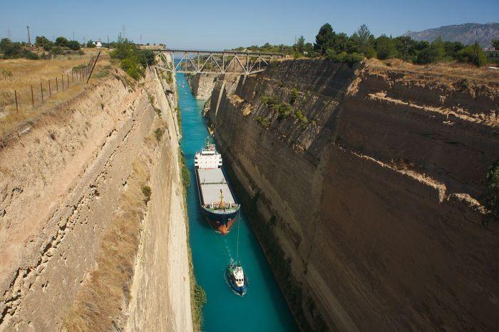 1280px-Bateau_traversant_le_canal_de_corinthe