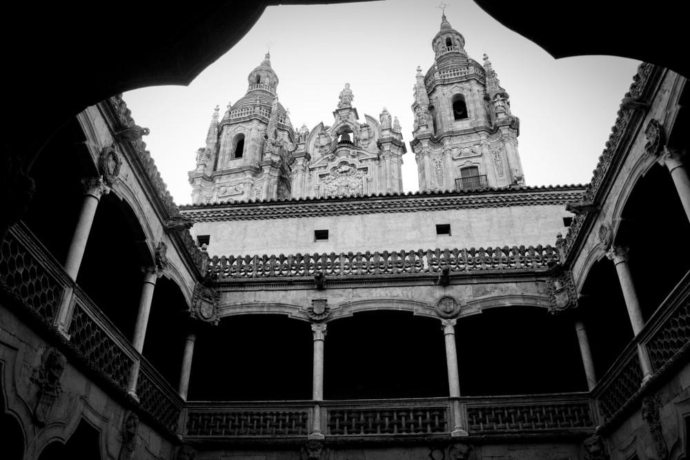 Fachada de la Universidad Pontificia desde el patio interior de la Casa de las Conchas