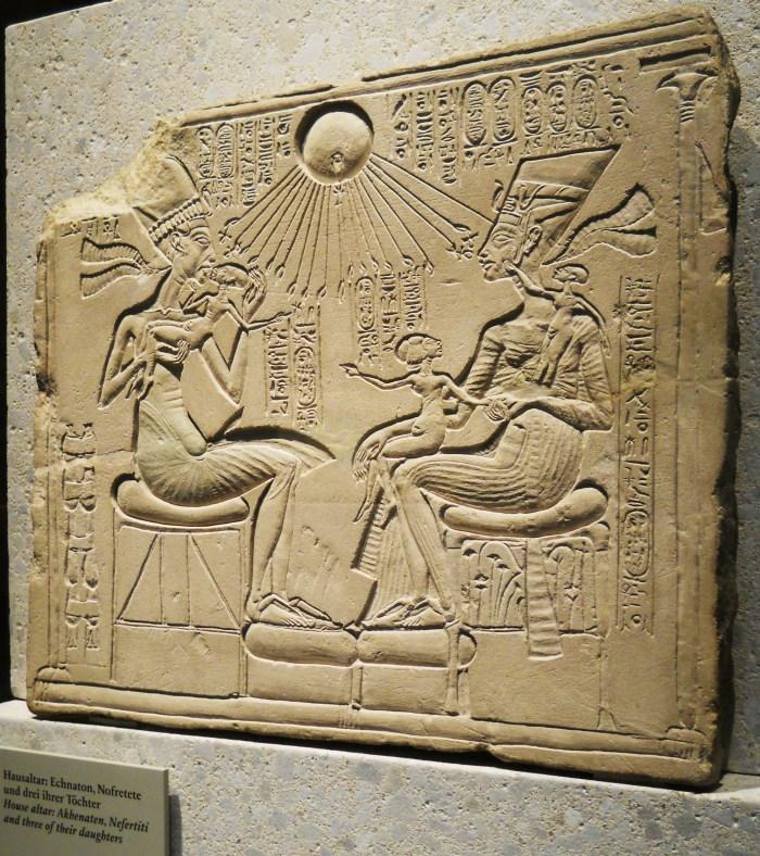 Un altar de la casa mostrando Akenatón, Nefertiti y sus hijas en la piedra caliza. Desde el período de Amarna, c. 1350 aC