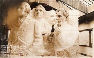 Luigi Del Bianco, quien era el jefe de tallador en el Memorial Nacional Monte Rushmore, posa con el modelo de estudio. Fechaalrededor del año 1933