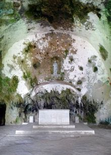 428px-St_Peters_Cave_Church_altar