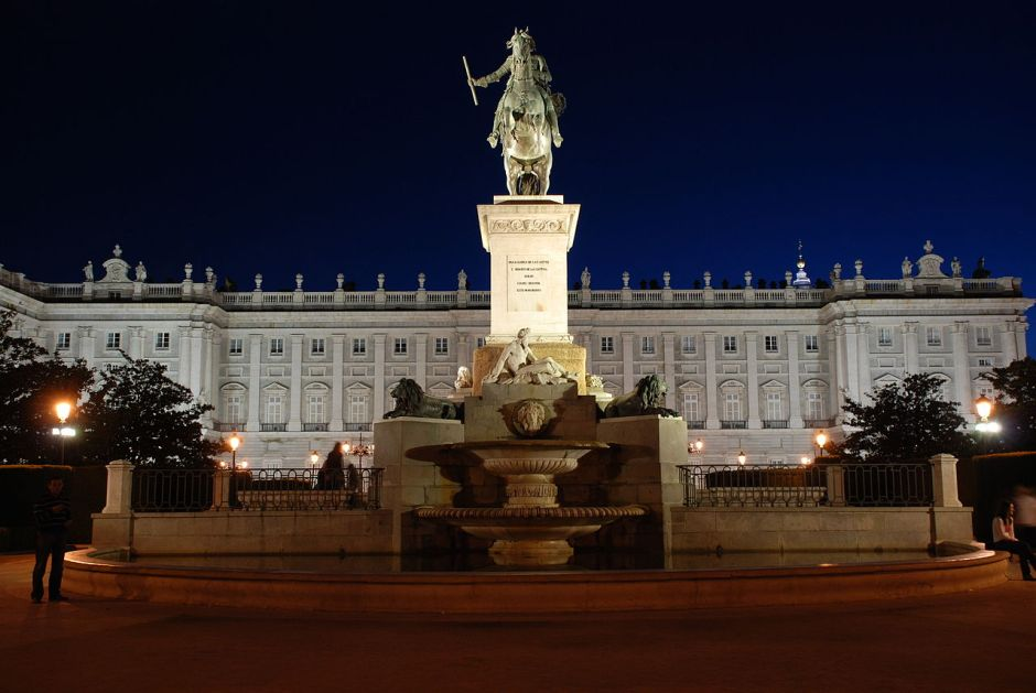 1280px-Madrid_Royal_Palace_at_Night