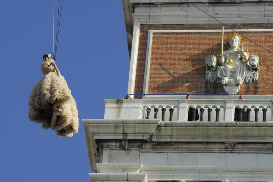 vuelo de la paloma o del angel carnaval venecia