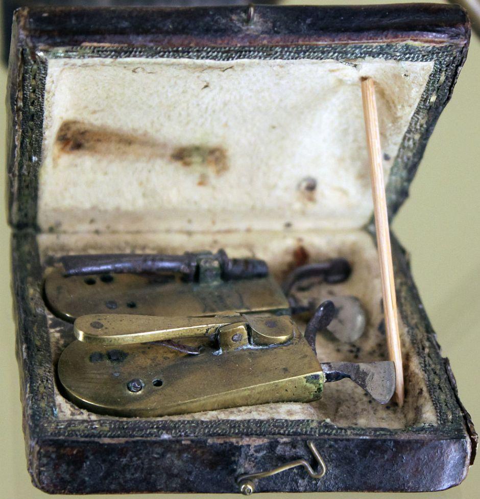 1802_Barber_Surgeons_Bloodletting_Set_anagoria