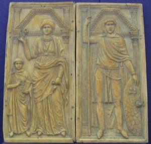 (posible) Estilicón con su esposa Serena y su hijo Eucherio . Copia de una talla de marfil. El díptico original, tallada alrededor del año 395, se encuentra en Monza (Italia).