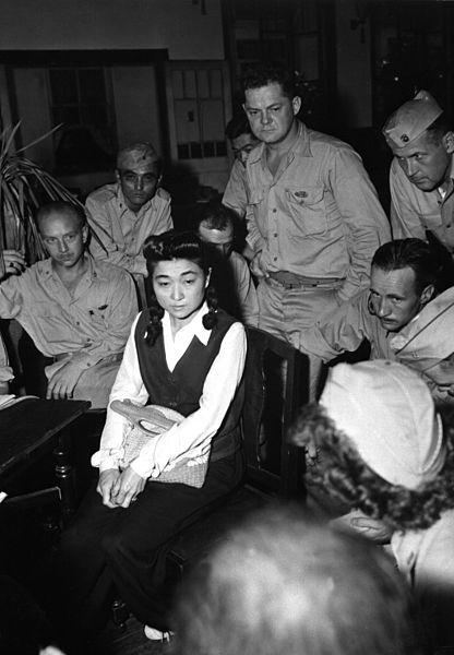 """Los corresponsales americanos entrevistan a """"Tokyo Rose"""" en Septiembre de 1945."""